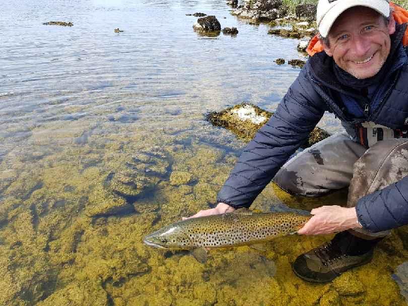 Tony Ling guidé par Declan Gibbons a aussi remis à l'eau son meilleur poisson de 2,7 kg