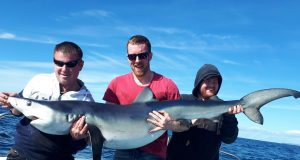 Alan Dartnel a capturé ce requin, poids estimé de 45,35kg