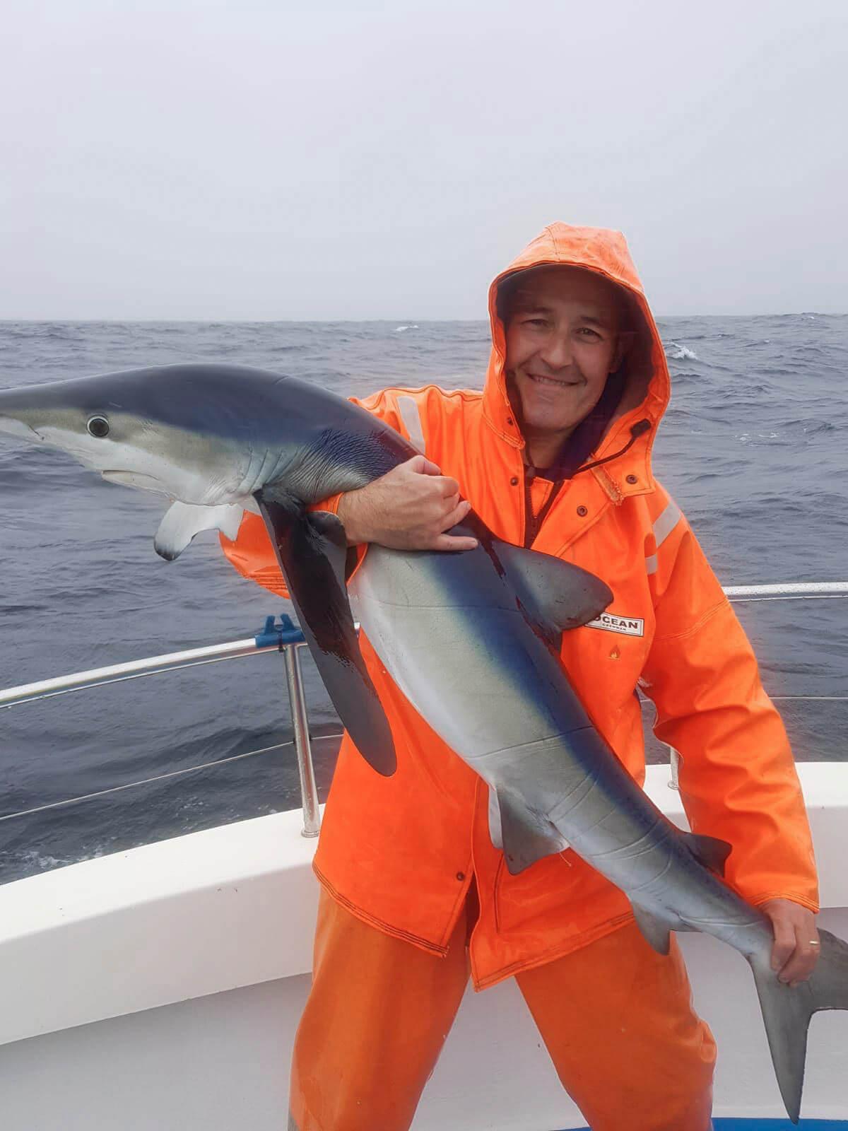 Brian Clarke avec son requin peau bleu près de 27,21kg