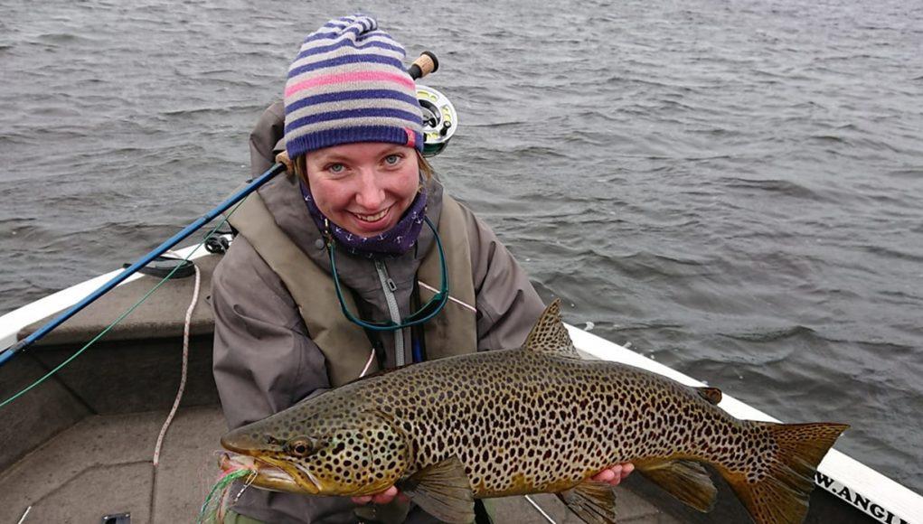 Une très heureuse Christin Breuker avec sa belle truite Ferox pris à la mouche
