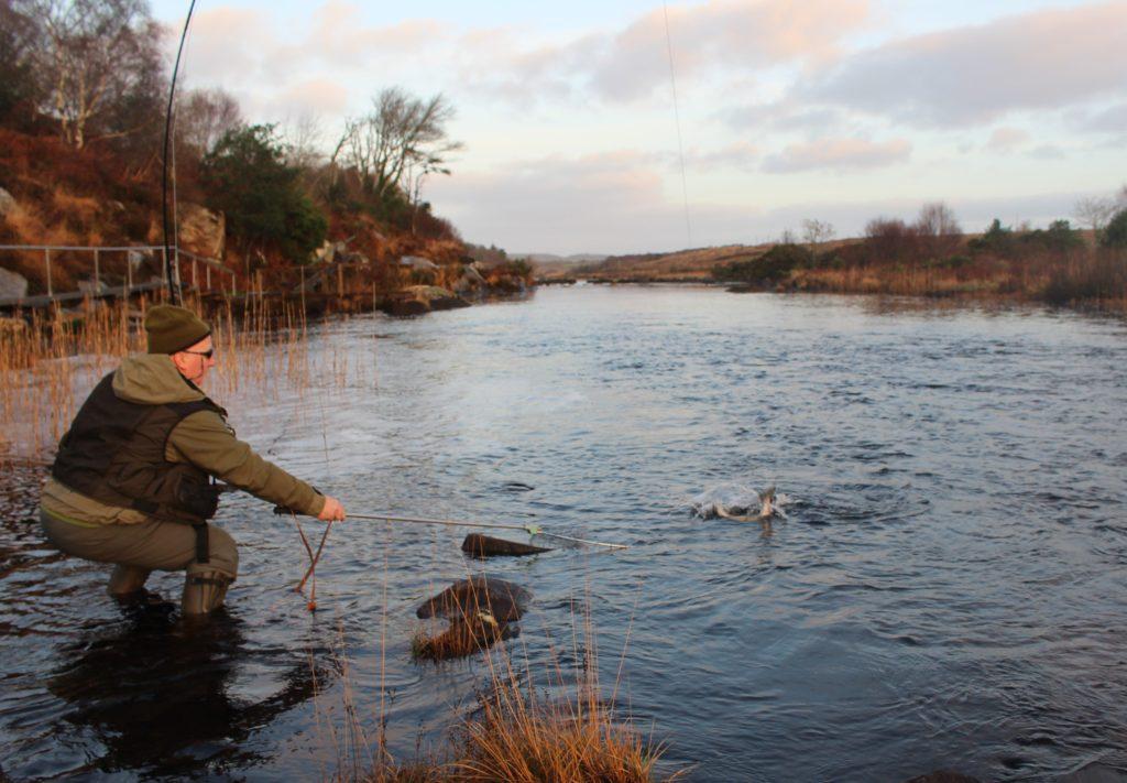 Michael McCann sur le point de prendre le premier saumon à l'épuisette