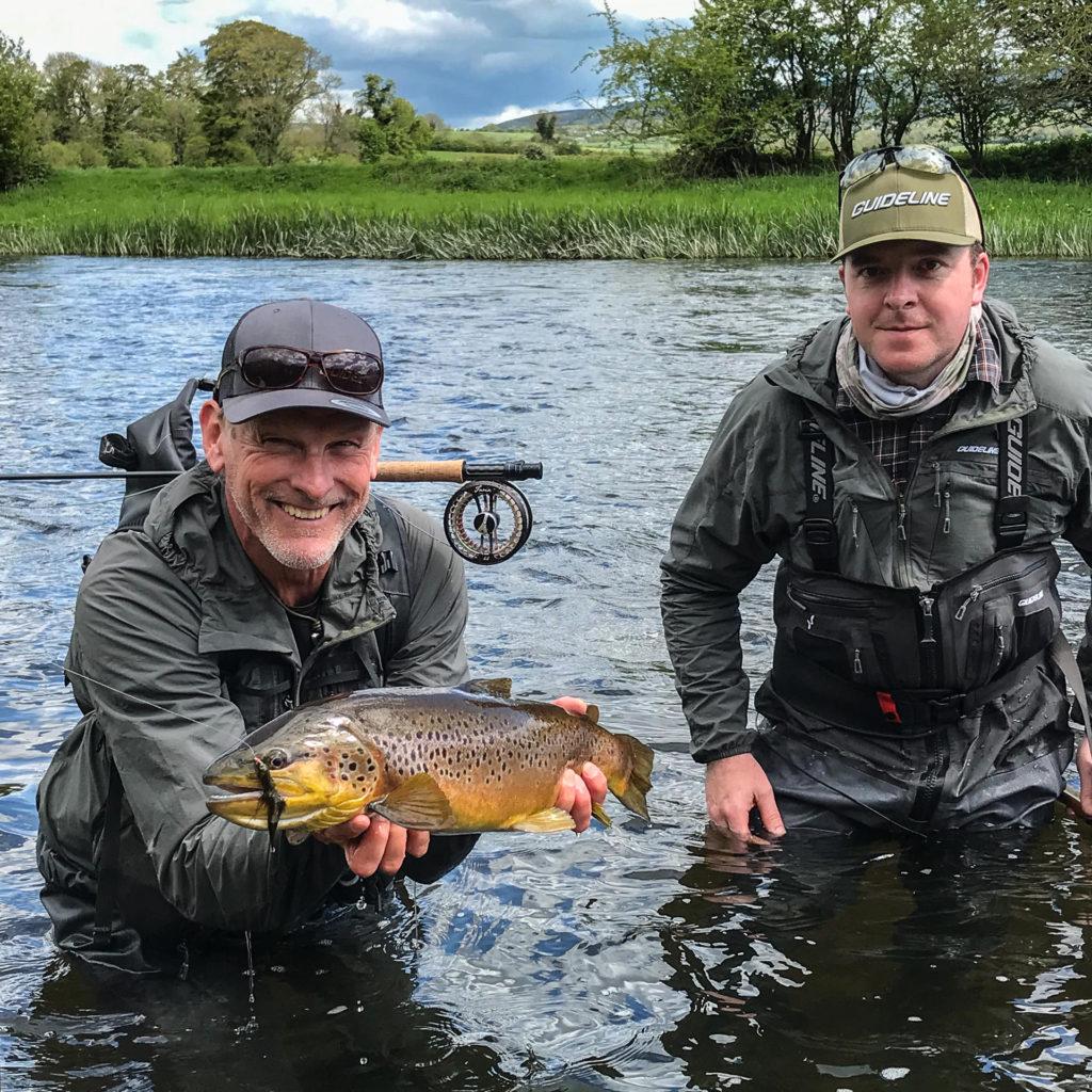 Leif Stävmo et Kevin Shone (Guide) avec une belle truite de la Suir