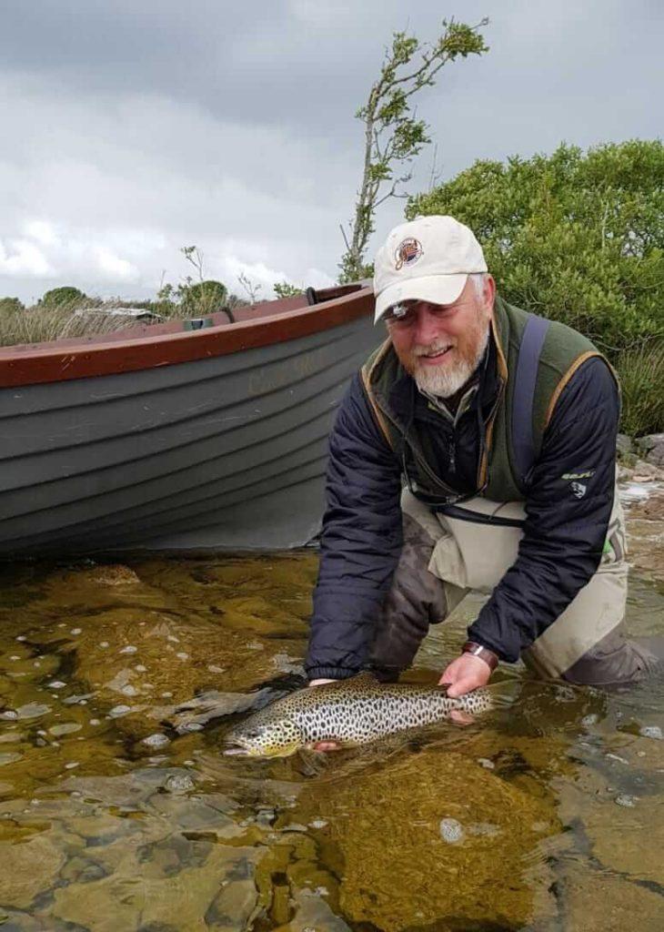 Andrew remis à l'eau soigneusement son poisson #CPRsavesfish