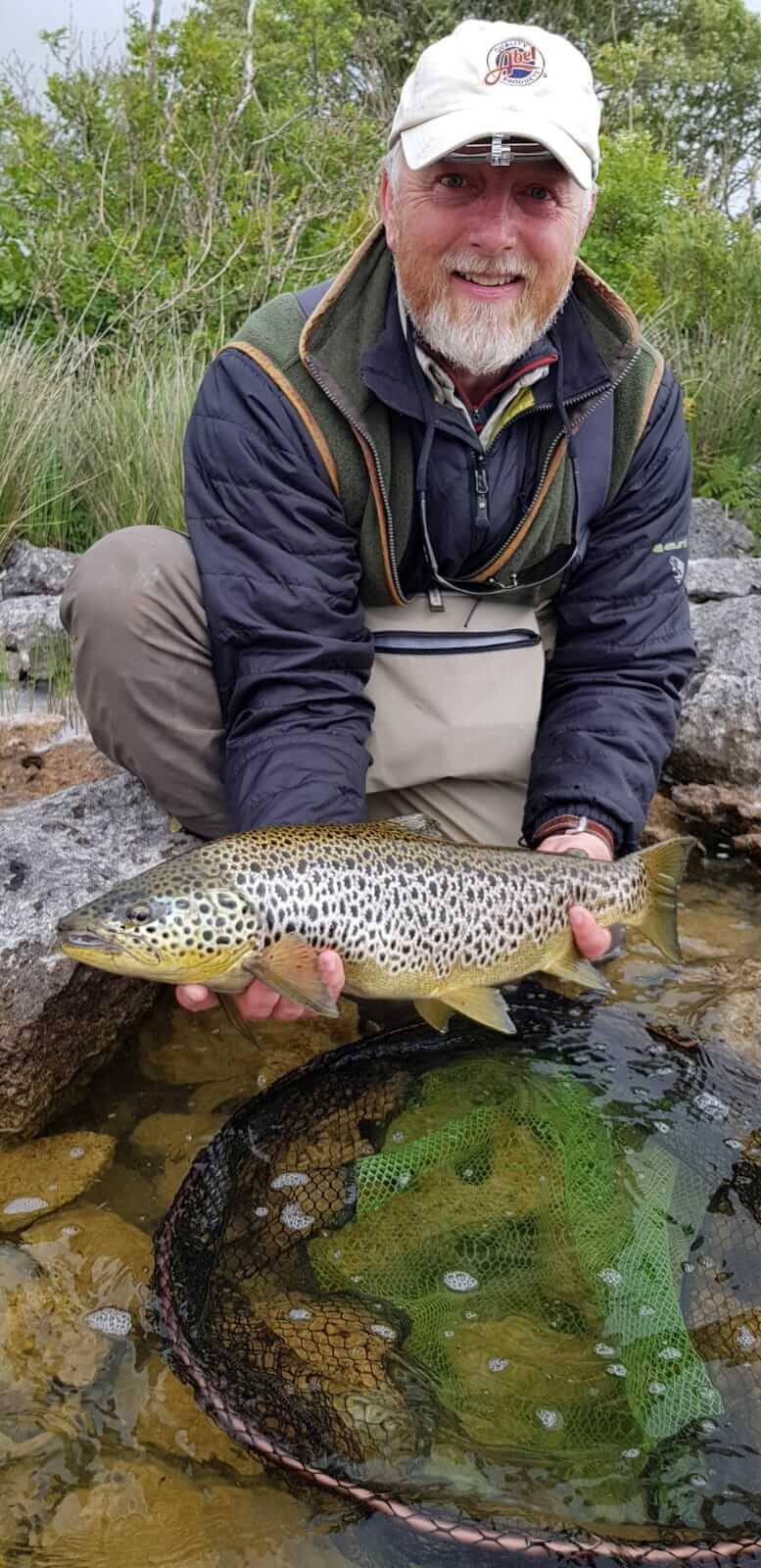 """Andrew Flitcroft du magazine """"Trout & Salmon"""" avec son record personnel, une belle truite de 2,38kg"""