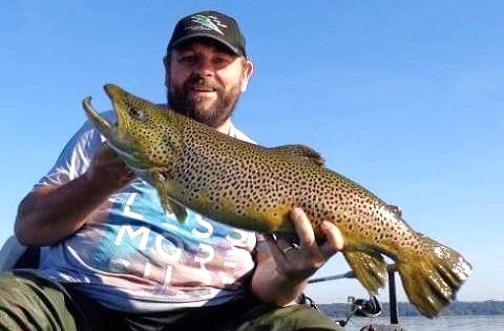 Andrew McFarlane, le gagnant de la semaine, avec un spécimen de 5.4 kg