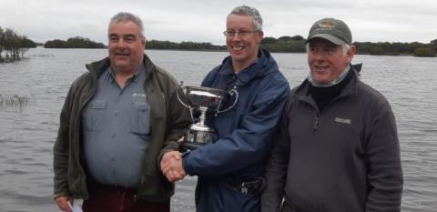 Sean Guider (fils du défunt Sean Guider) présente la Coupe McIntyre / Guider au vainqueur de cette année, John Mulvanney