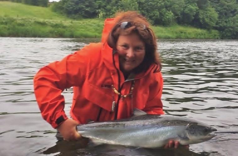 Glenda Powell avec un beau saumon pris sur le Blackwater de Munster