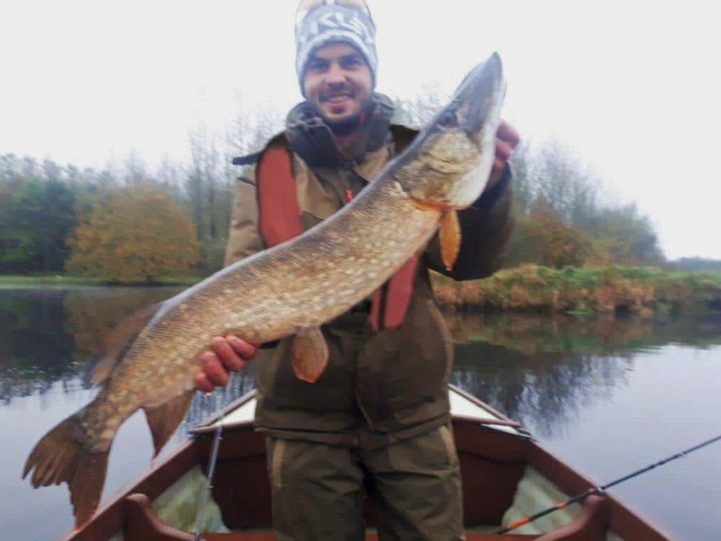 Johan pêcheur ravi de sa prise au Melview Lodge