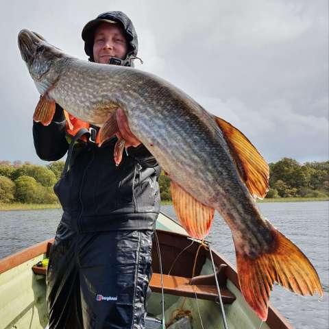 Patrick et son brochet au Melview Fishing Lodge à Longford