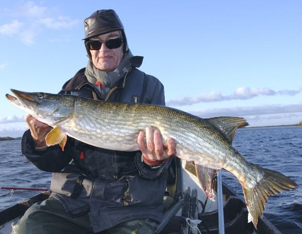 Le pêcheur français Pierre Henneron avec son gros brochet