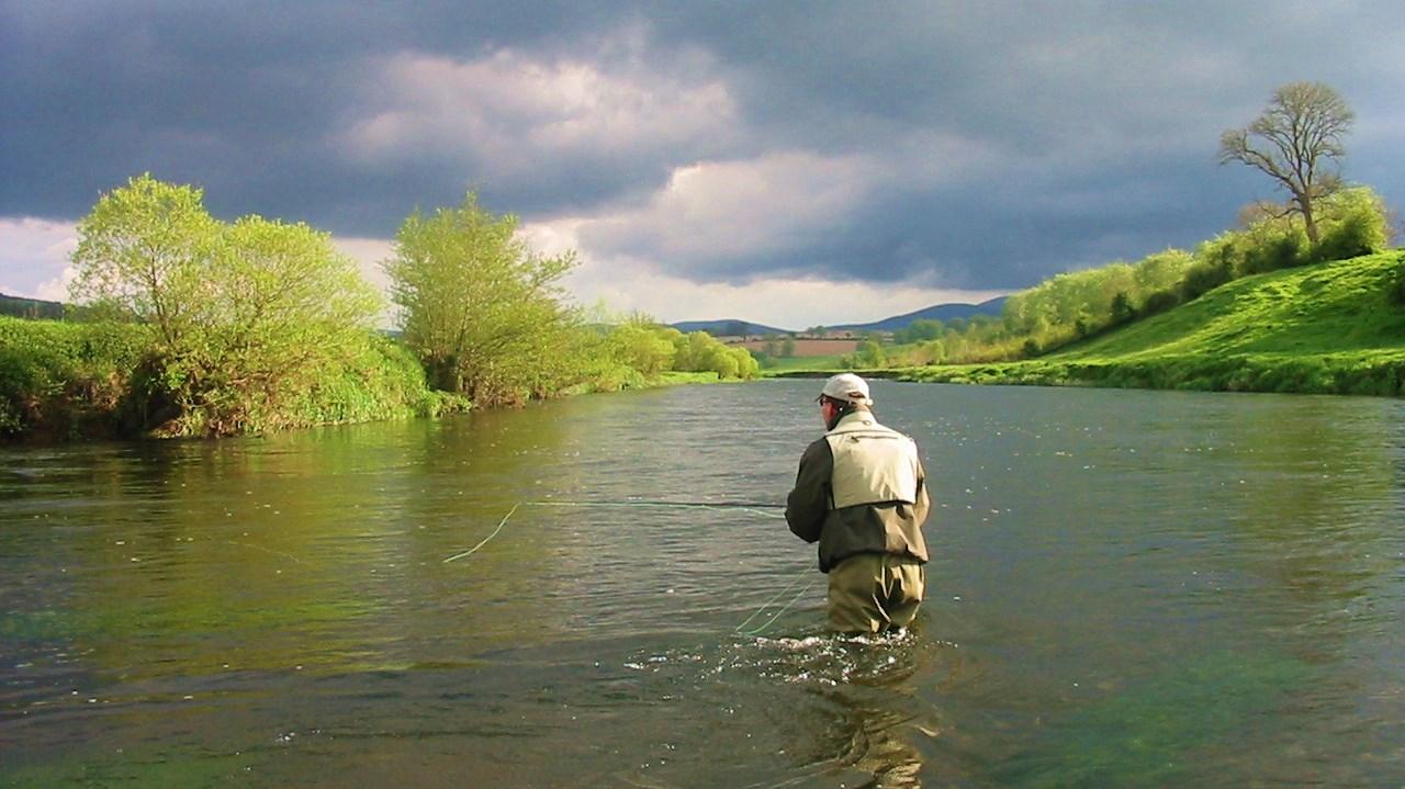 La pêche de la truite à la mouche sur une rivière irlandaise