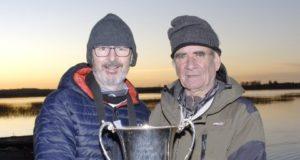 La Weir Cup reste à Multyfarnham. Pat Weir présente la Weir Cup à Christy Cox, pêcheur de Multyfarnham.