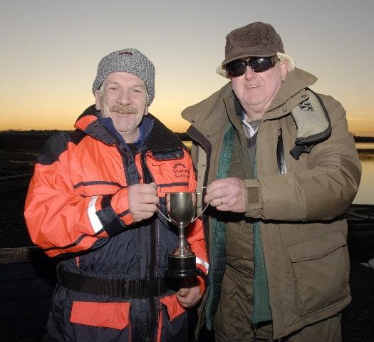 Joe Ledwith était le meilleur pêcheur de brochets en 2019 sur le Derravaragh. Frank McKeon présente le prix.