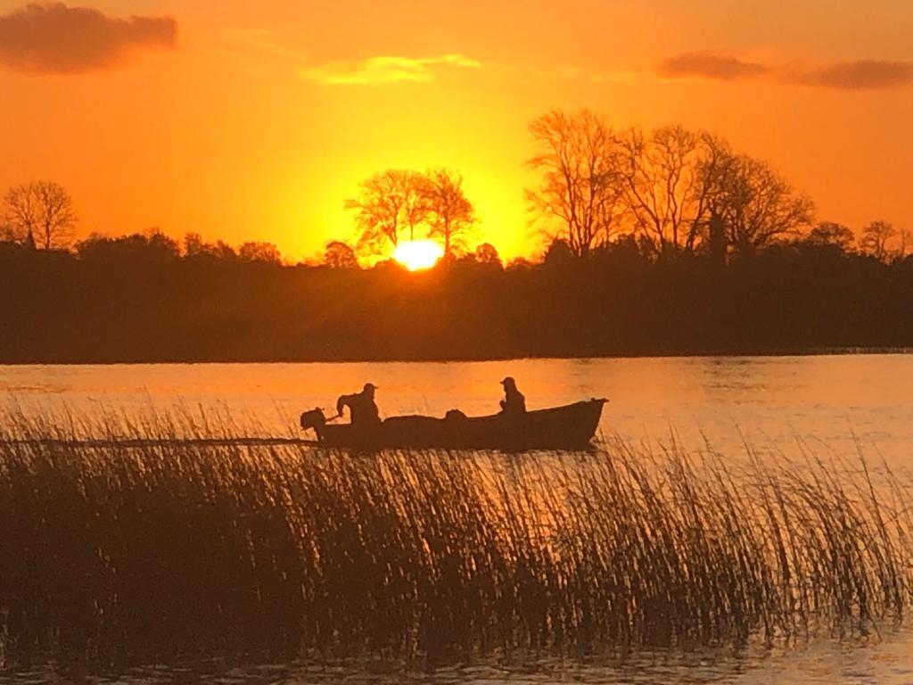 Le coucher du soleil sur le Lough Erne dans le Fermanagh
