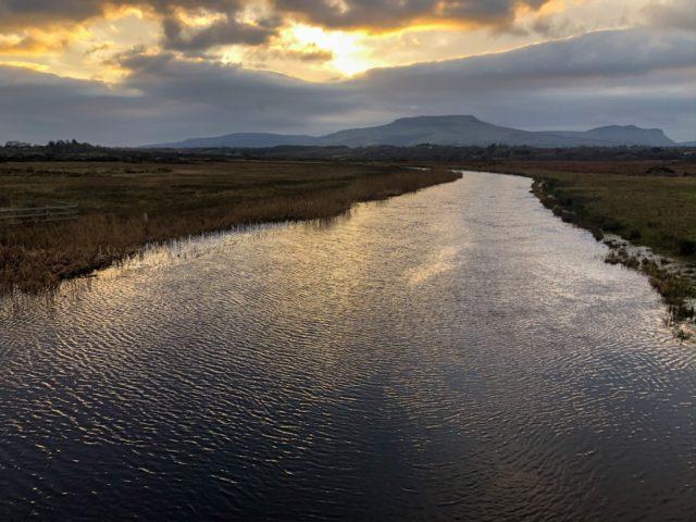 Le coucher du soleil sur la rivière Drowes