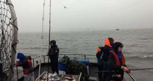 Pêcheurs à bord Deora Dé à Camden, Rade de Cork
