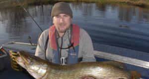 Barry Darby avec son brochet de 107cm sur le Lough Derravaragh