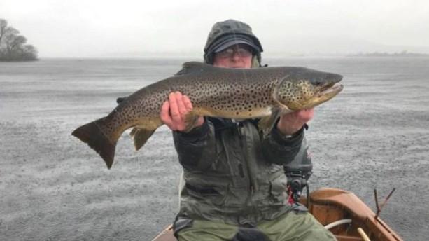 Gerry Molloy avec une truite magnifique de Lough Corrib