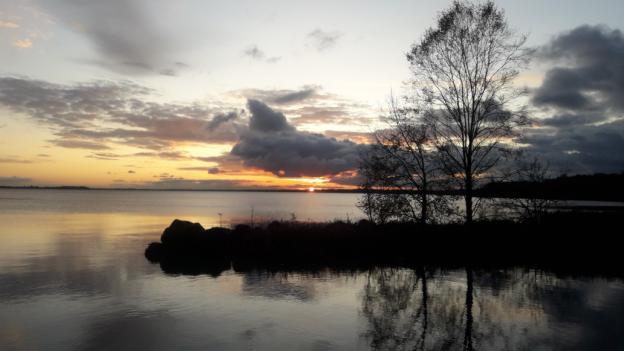 Le coucher du soleil sur le Lough Sheelin a Crover