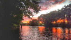 Le coucher du soleil sur la rivière Bandon