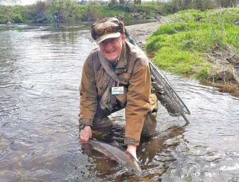 Le remis a l'eau d'un autre saumon sur la rivière Bandon dans le Cork