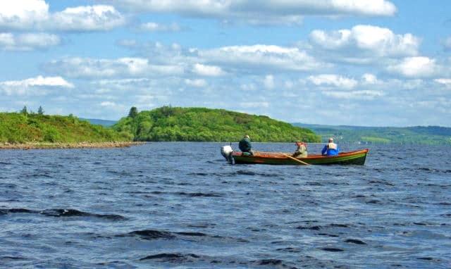 Les pêcheurs a la mouche suivant une bonne dérive sur le Lough Melvin