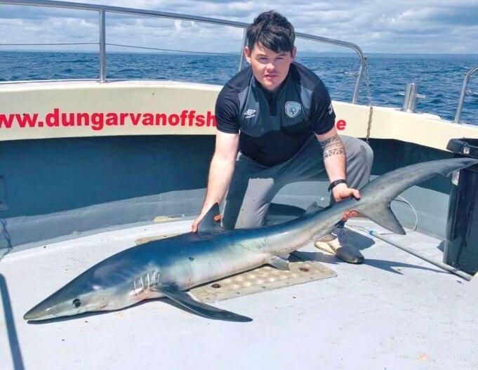 Robbie Buckley avec son premier requin bleu