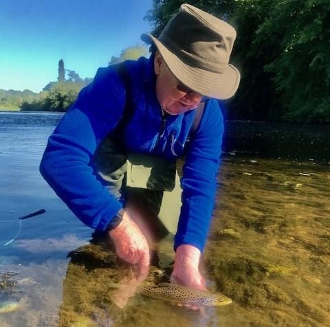 Riviere Nore, remis a l'eau d'une truite