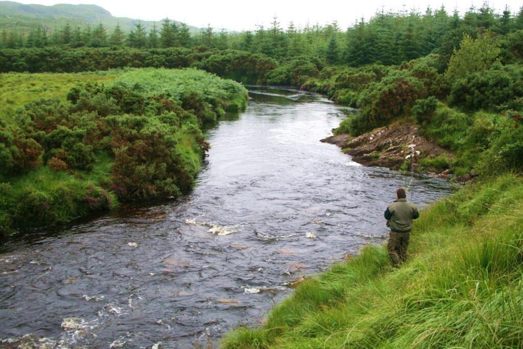 La pêche du saumon a la ligne sur la rivière Gweebarra dans le Donegal