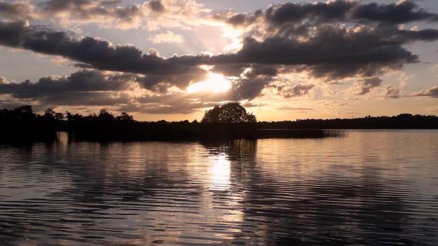 Le coucher du soleil récemment sur le Lough Sheelin, Irlande