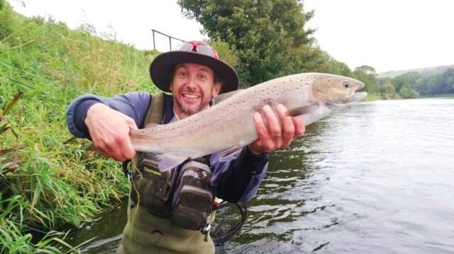 La pêche en Irlande, Blackwater de Munster. Glen avec son saumon sur les parcours de Blackwater Salmon Fishery