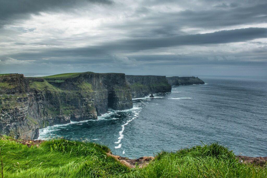 Les Falaises de la mer dans le Clare, Irlande