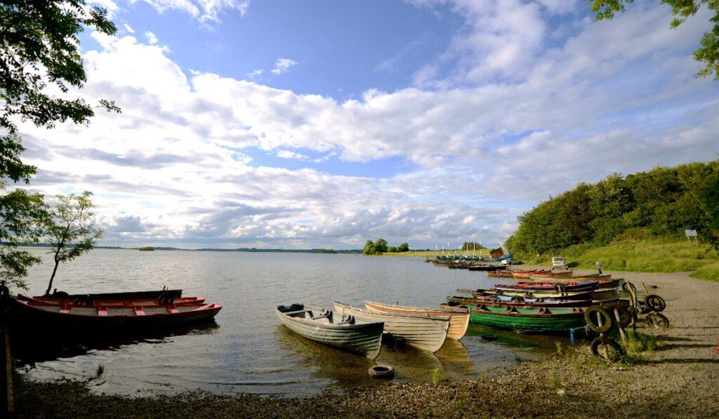La pêche en Irlande. Les bateaux sur le Lough Owel