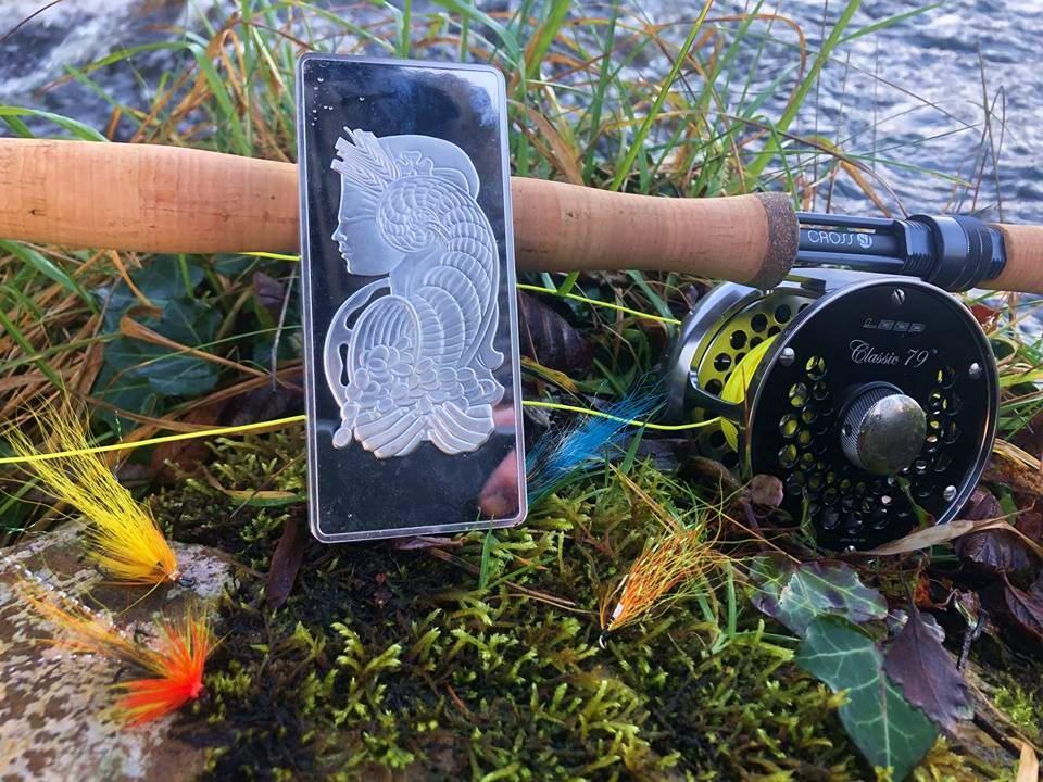 La pêche du saumon en Irlande. Un beau prix sur la rivière Drowes.
