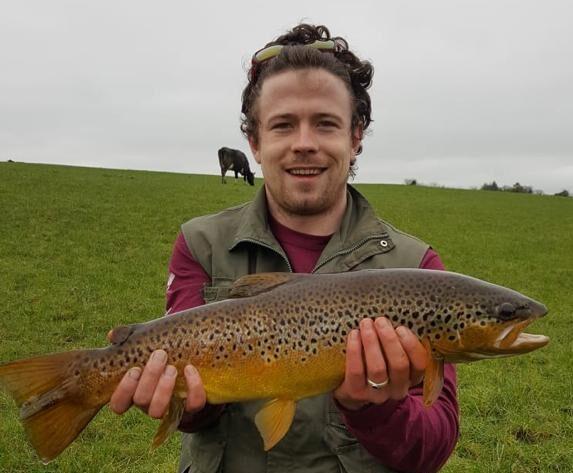 La pêche de la truite dans le Longford, Irlande.