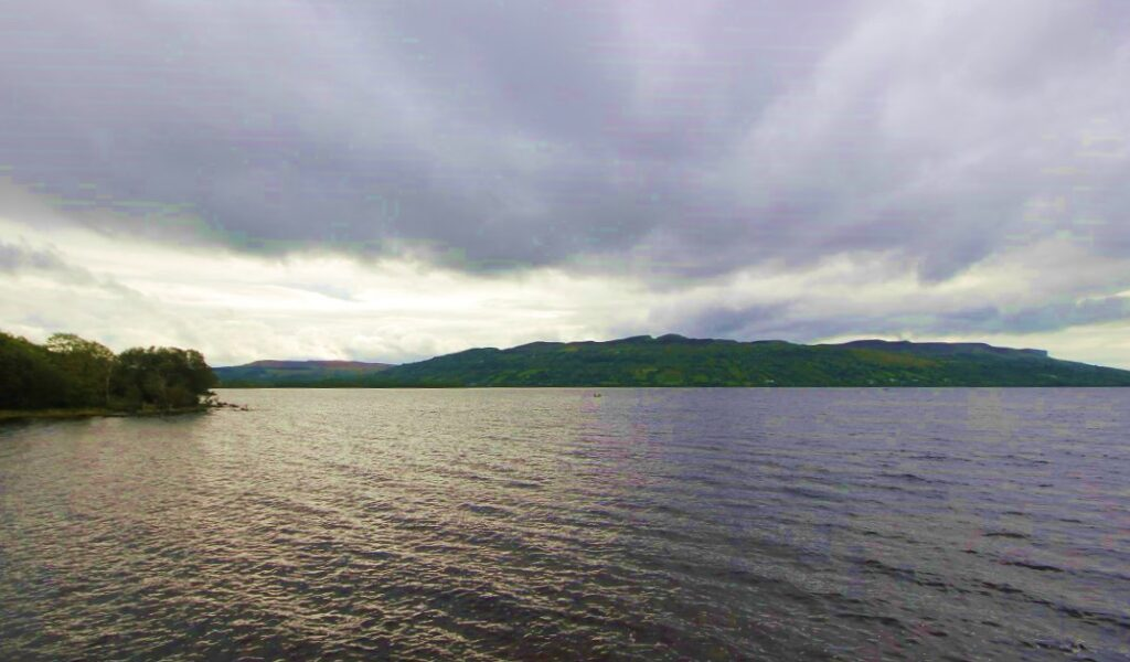 Un ciel nuageux sur le Lough Melvin, Irlande.
