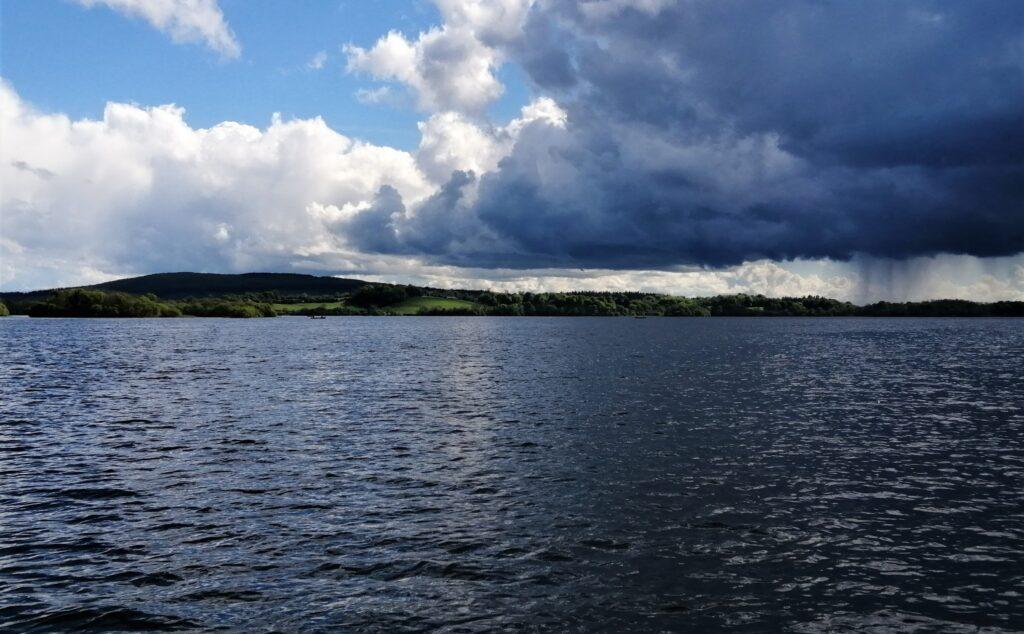 Un ciel insolite sur le Lough Sheelin, Irlande.