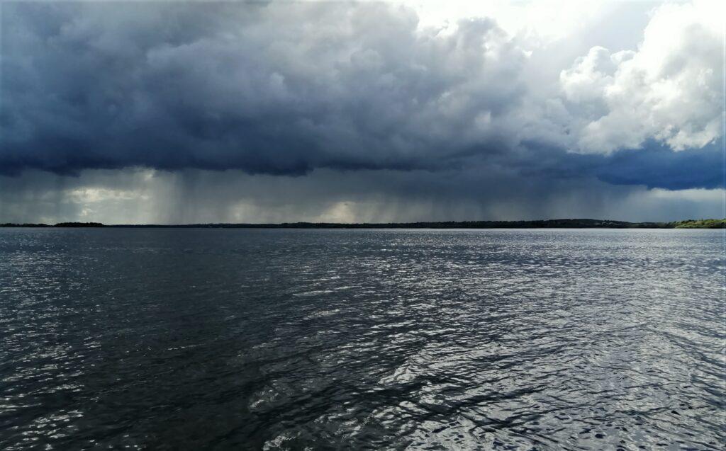 La pluie torrentielle sur le Lough Sheelin