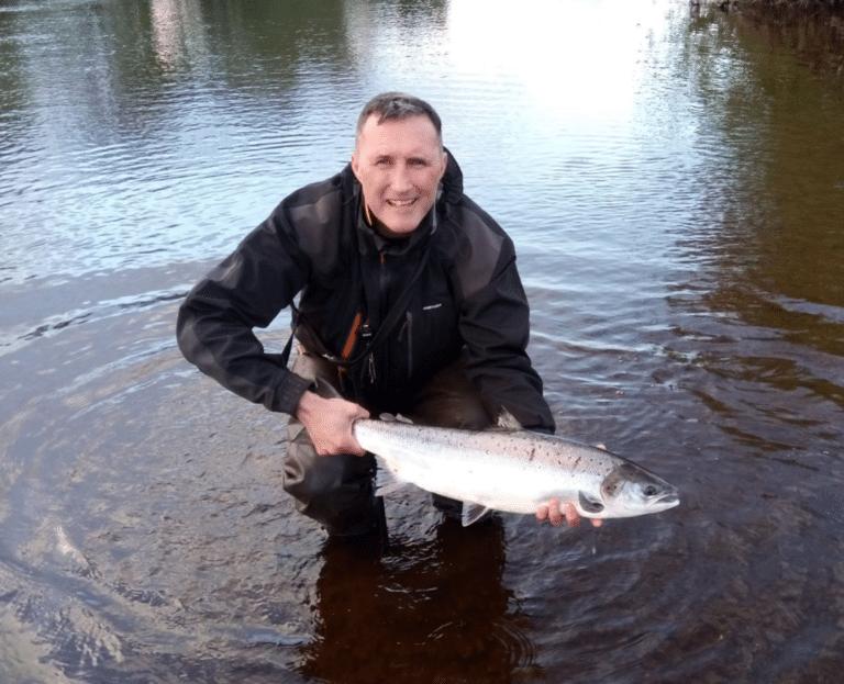 Billy Mc Ghee sur le point de relâcher un saumon sur les eaux des East Mayo Anglers