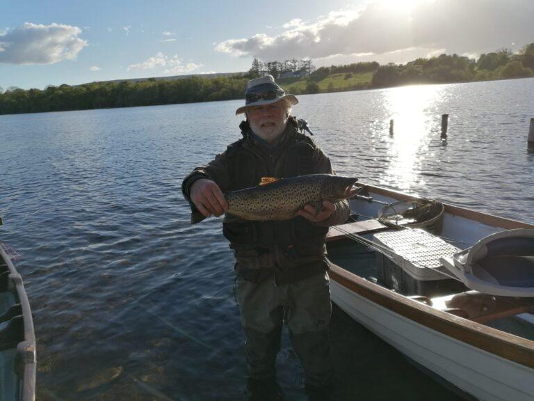 Gerry Martin avec une belle truite de 2.15 kg capturée avec un Spent Gnat sur l'Arrow