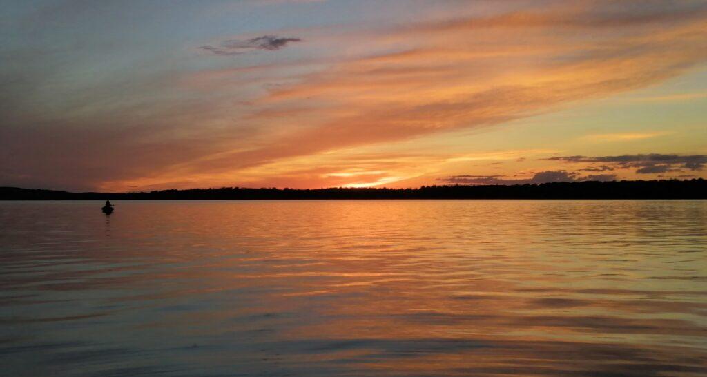 Un beau coucher de soleil sur le Lough Sheelin dans les MIdlands