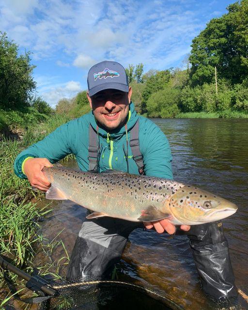 Yamil Turcuman avec un joli poisson de printemps capturé et relâché vendredi dernier dans le cadre de la pêche à la truite et au saumon de Blackwater.