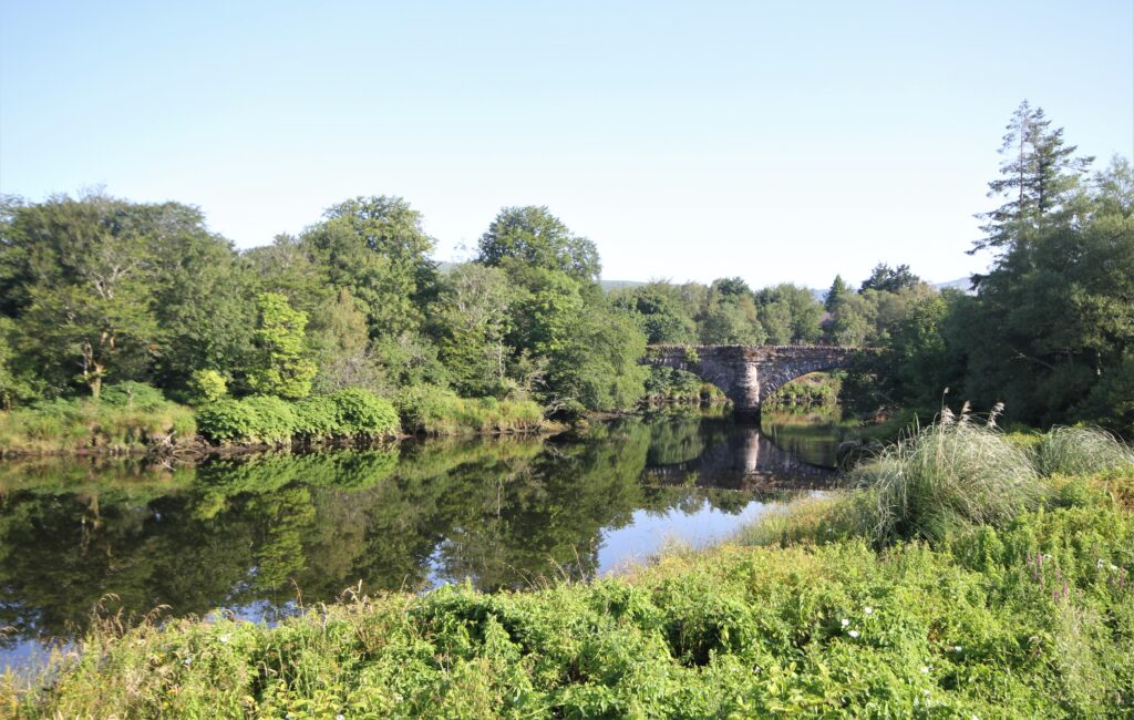 La rivière et le pont de Roughty à Kenmare dans le Kerry
